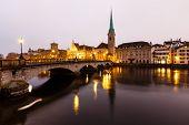 Постер, плакат: Вид на Цюрих и центр старого города отражающий в реке Лиммат в утром Швейцария