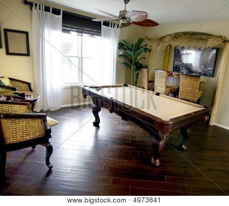 Zimmer mit Pool-Tisch