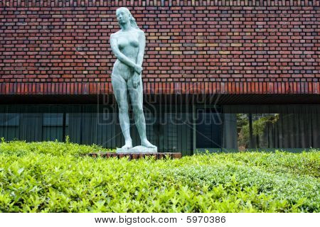 Sculpture of the naked women