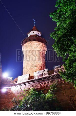 Kaiserburg wall with Sinwellturm at night