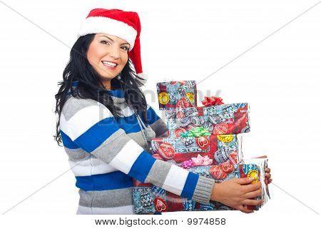 Ajudante de Papai sorridente segurando vários presentes