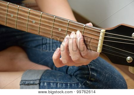 girl strum guitar example