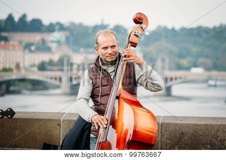 Street Busker performing jazz songs on the Charles Bridge in Pra