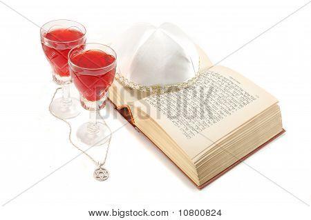 Judío david de vacaciones naturaleza muerta con Torah, copas de vino, estrellas y kipá