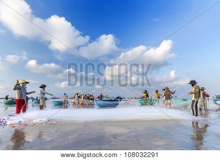Net fishermen in Binh Thuan sea ominous