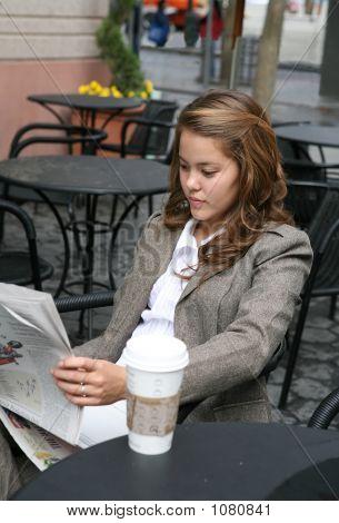 Frau lesen Zeitung