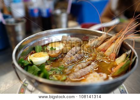 Tom yum goong (seafood hot pot)