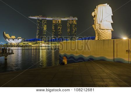 Marina Bay Sands, Singapore November 05, 2015:the Merlion Fountain With Fog Flare Effect Marina Bay,