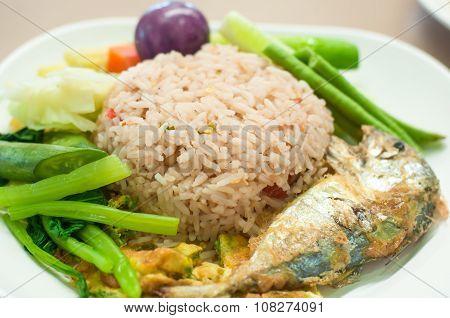 Fried Mackerel With Shrimp Paste Sauce  And Vegetable (nam Prik Kapi Pla Too)