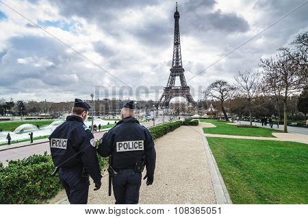 Paris , Paris Security agents guard the Eiffel Tower