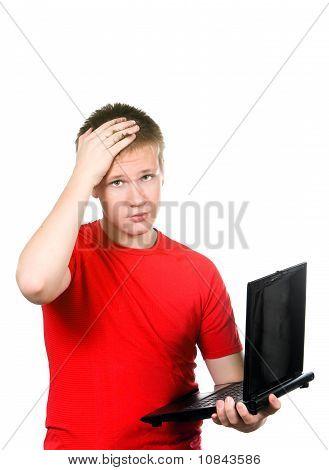 O adolescente com o laptop. Estava cansado dos problemas.