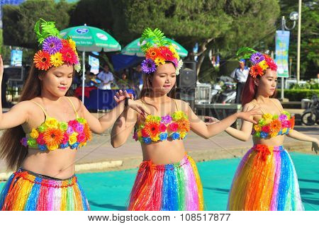 Nha Trang, Vietnam - July 14, 2015: Young Girl Dancers Are Performing A Sport Dance On The Beach Of