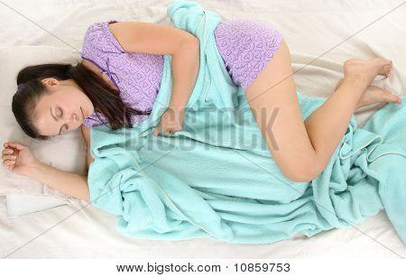 Joven mujer durmiendo