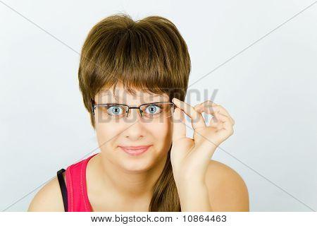 Surpreendido a menina de óculos