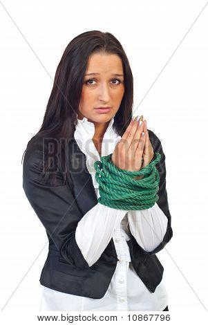 Empresária ligada orando