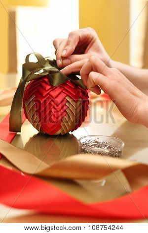How to make Christmas ornaments with ribbons?