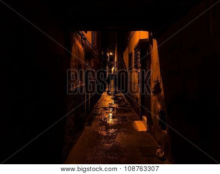 Two Silhouettes Walking In A Narrow Street In Marrakesh - Suspen