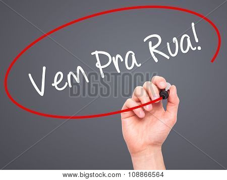 Man Hand writing Vem Pra Rua! (Come to Street in Portuguese) with marker on visual screen.