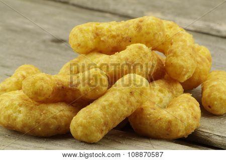 Golden peanut puffs