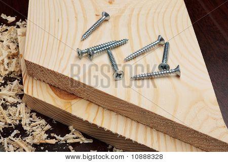 Mehrere Schrauben auf Holzbohlen