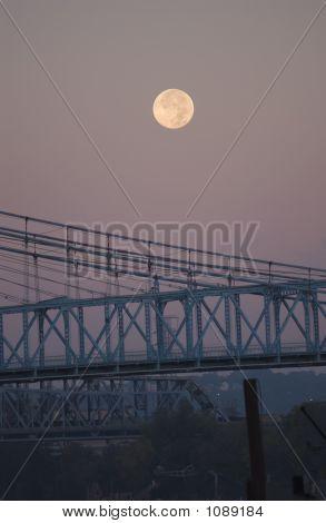 Pôr da lua sobre Roebling ponte