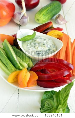 Yoghurt sauce with garlic and basil with fresh vegetables