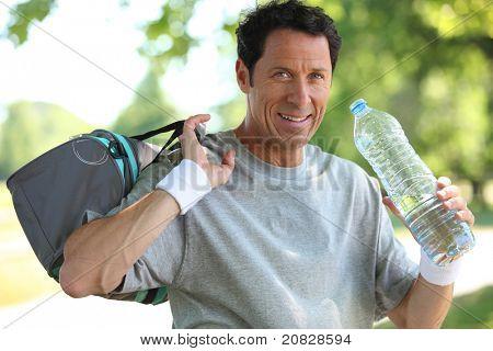 50 anos de idade homem homem bebendo depois ele esporte