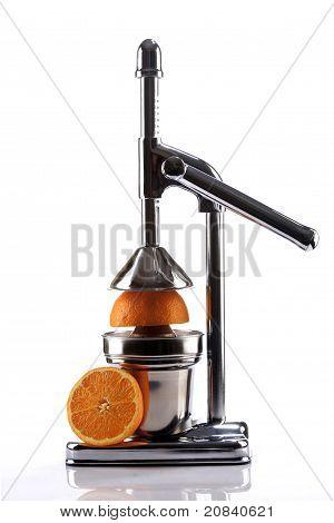 Exprimidor de cítricos de cromo y mitades de naranjas