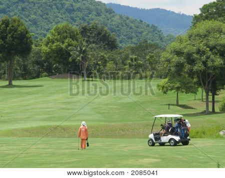 Caddie e carro de golfe no Fairway