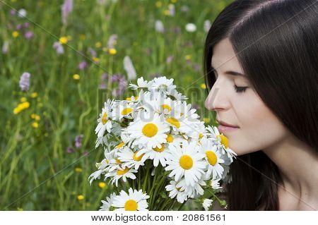 Detalhe de uma linda menina com flores