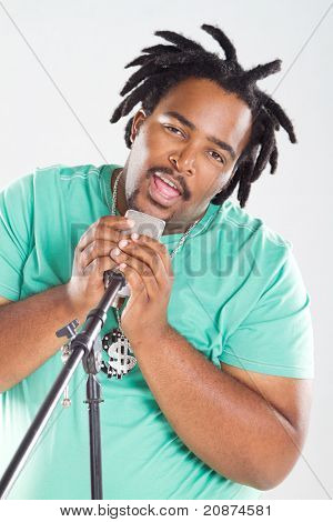 cantante afroamericano cantando una canción