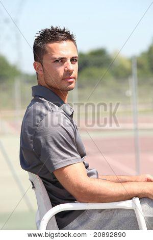 árbitro de tênis de 20 anos de idade sentado na sua poltrona