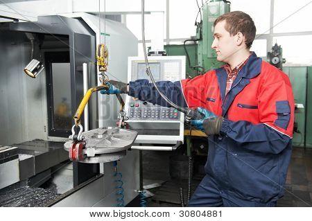 detalle de movimiento trabajador la fabricación por la grúa de la viga en máquina-herramienta cnc moderno para proceso de corte de metales