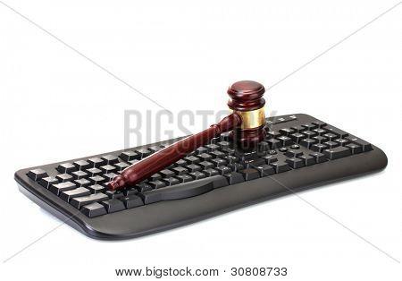 mazo de madera en teclado aislado en blanco
