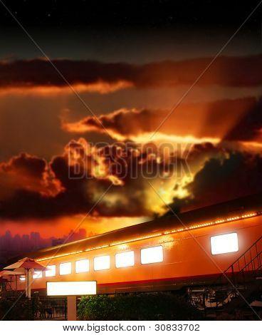 Foto do conceito de fantasia dramática de um vagão de carga antiga brilhante do ferroviário contra dramático pôr do sol