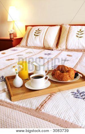 Desayuno en la cama en una habitación de Hotel