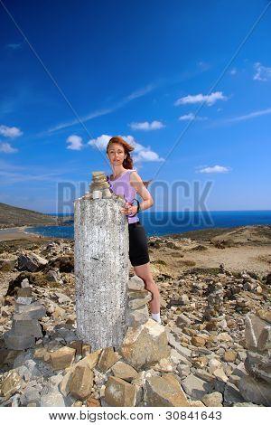 El turista de la mujer en las ruinas de un templo de Venus. Grecia. Rhodes.