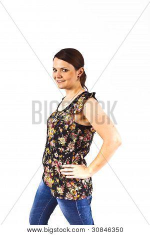 Mujer atractiva elegante sonriendo