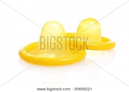 Dos condones amarillos aislados en blanco