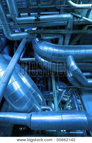 Zona industrial, instalação de canalizações de aço e cabos em tons de azuis
