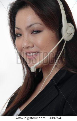 Recepcionista atractivo usar auriculares