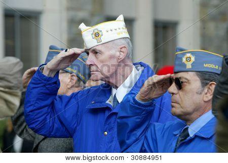 NOVA YORK - 11 de NOV: Membros do americano mártires católicos veteranos de guerra, 1772 Post de salut Bayside