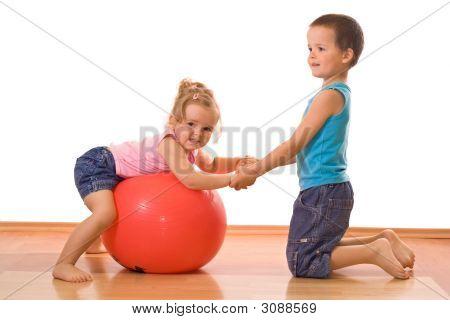 Kleiner Junge Lehre ihre Schwester-Gymnastik