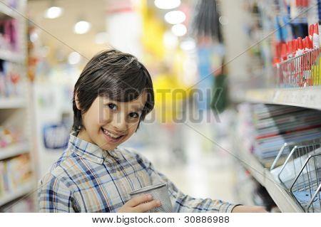 lächelnd Kind in Einkaufszentrum