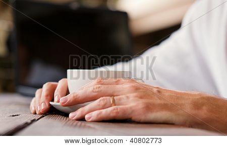 Close-Up de mãos de homem de imagem com café