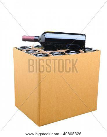 Close de uma caixa de vinho com uma garrafa descansando no topo. Isolado no branco.