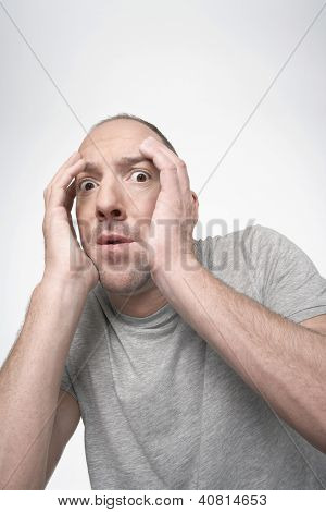 Angst Mann mit Händen covering Face isolated over white background