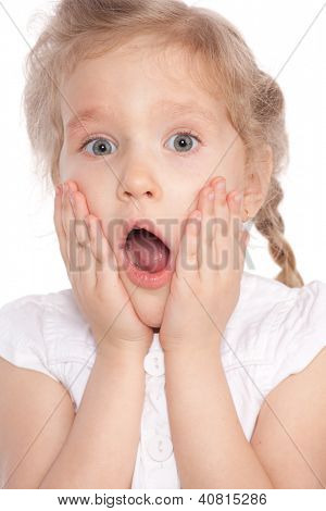 Niño sorprendido aislado en blanco