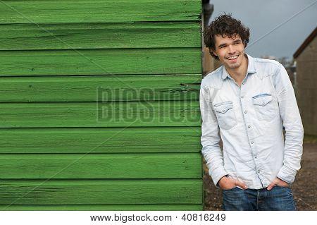 lässig Kerl grüne Wand gelehnt