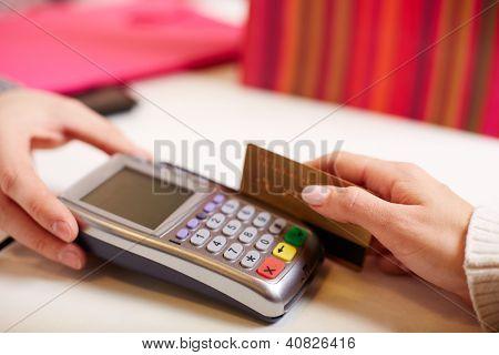 Nahaufnahme des Bezahlung durch Maschine von Plastikkarten